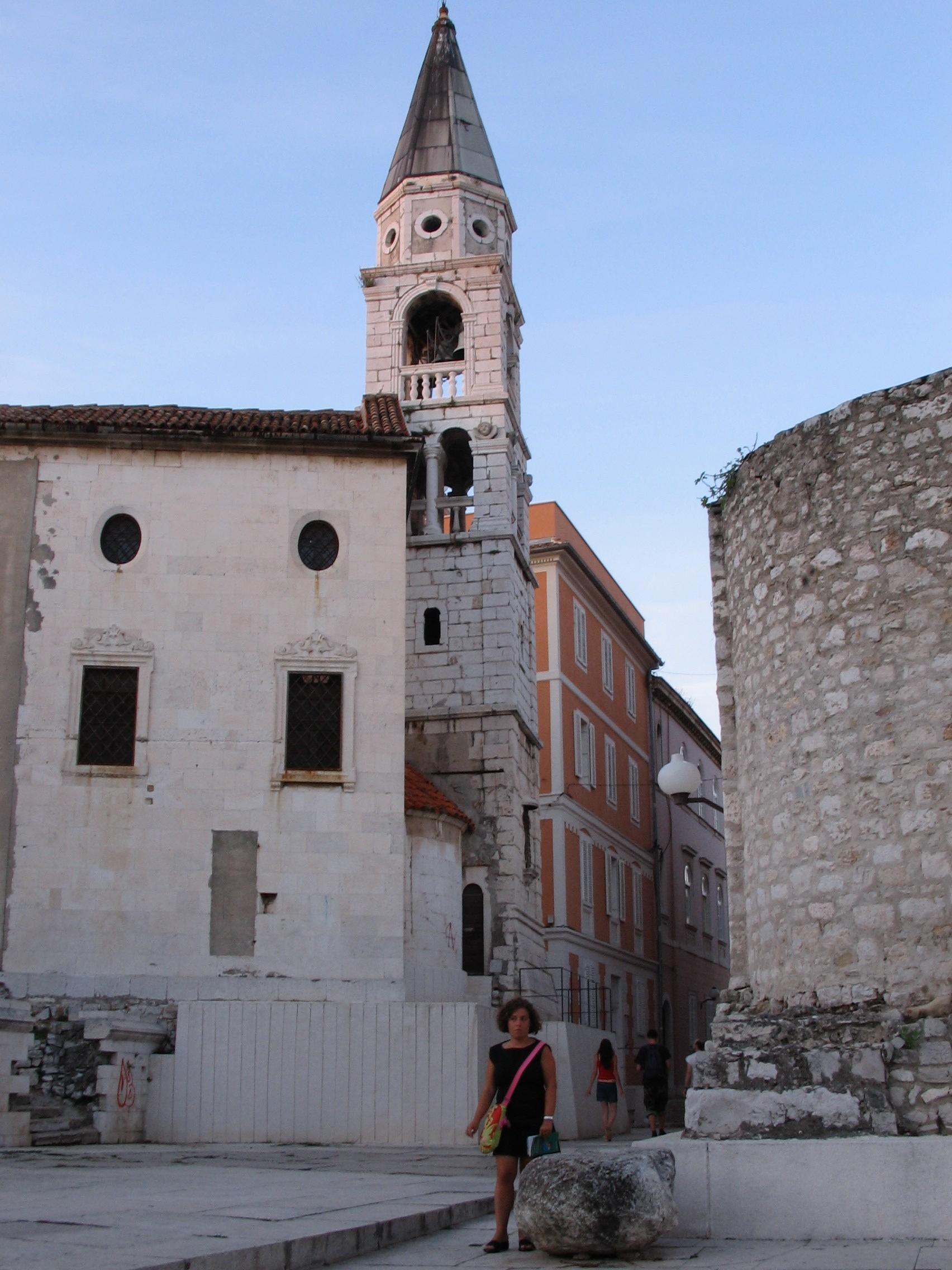 Passeggiando per la città vecchia di Zara in croazia
