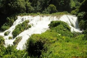 acqua che scende di bassa quota alle cascate delle marmore