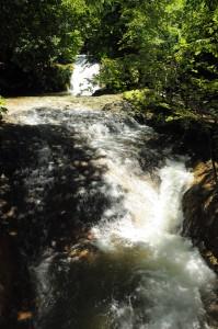 fiumi d'acqua che scende alle cascate delle marmore