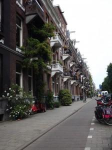 una strada di Amsterdam e le sue biciclette
