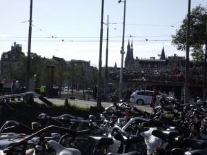 La piazza ella stazione: le biciclette sono ovunque...
