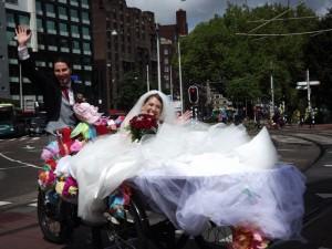c'è chi si sposa così...