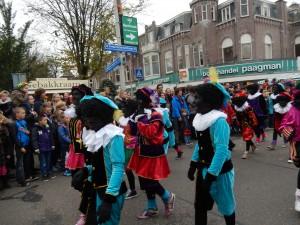 Gli Zwarte Piet che accompagnano l'arrivo di SInterklaas