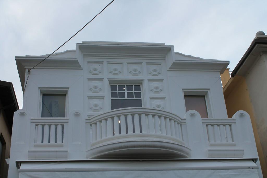 viareggio edificio liberty bianco sulla passeggiata
