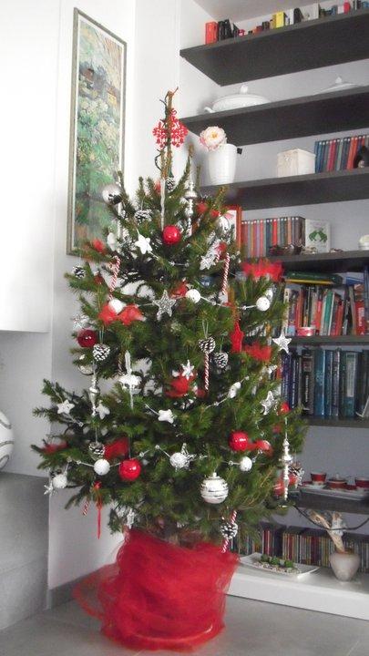 albero di natale rosso e bianco