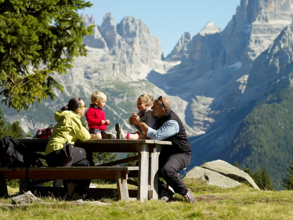 Famiglia-nella-natura-delle-Dolomiti