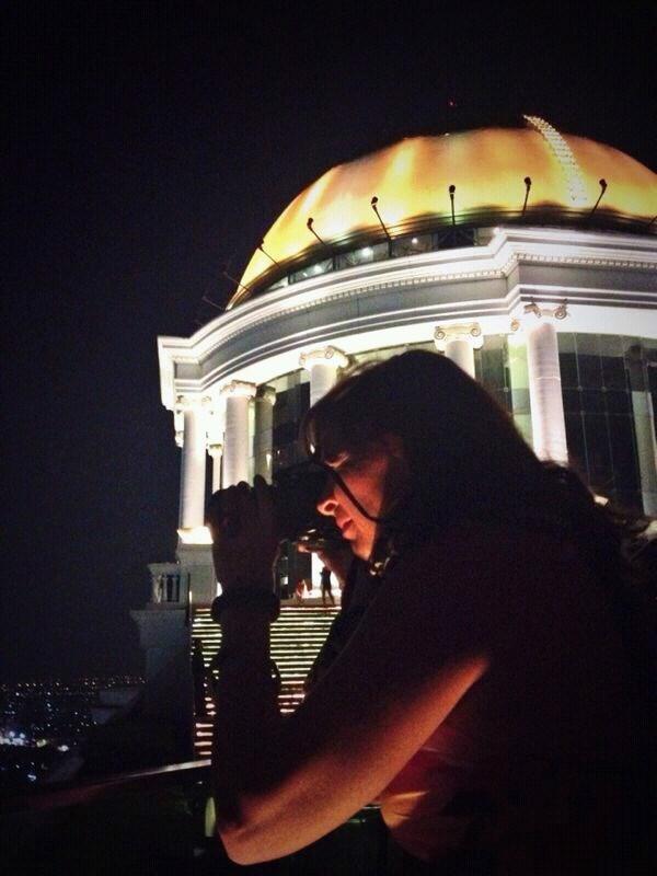Alessandra immortalata in cima al Lebua State Tower di Bangkok