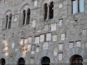 Gli stemmi del Palazzo del Podestà di Massa Marittima