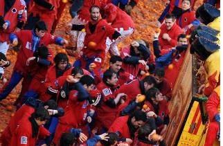 battaglia delle arance allo storico carnevale di ivrea