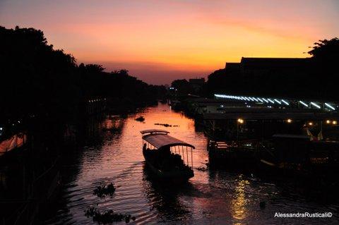 Tramonto al mercato galleggiante di Kwam Riam