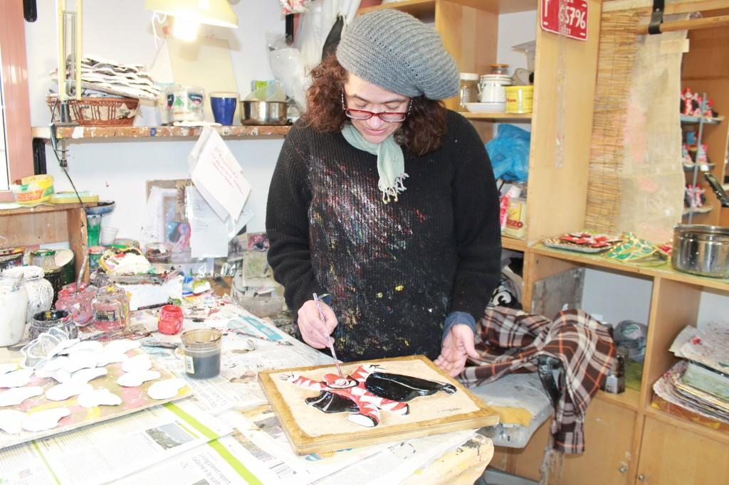 artisti che dipingono alla bottega della cartapesta di viareggio