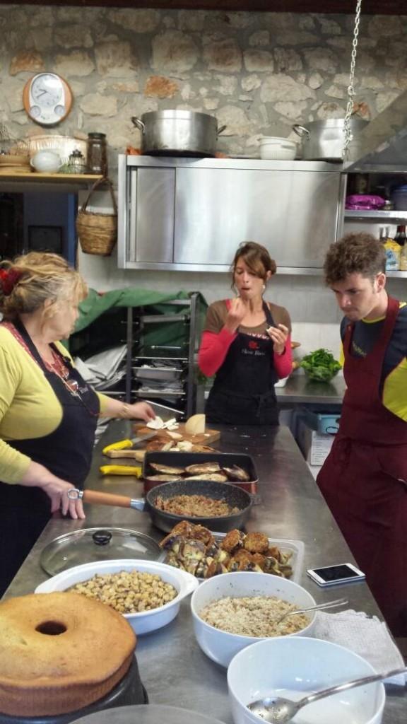 Fausta Munno nella sua cucina nella Foresta umbra insegna a noi e a due ragazzi francesi i segreti della cucina pugliese