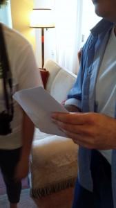 Alessandro è pronto ad aprire la prima busta