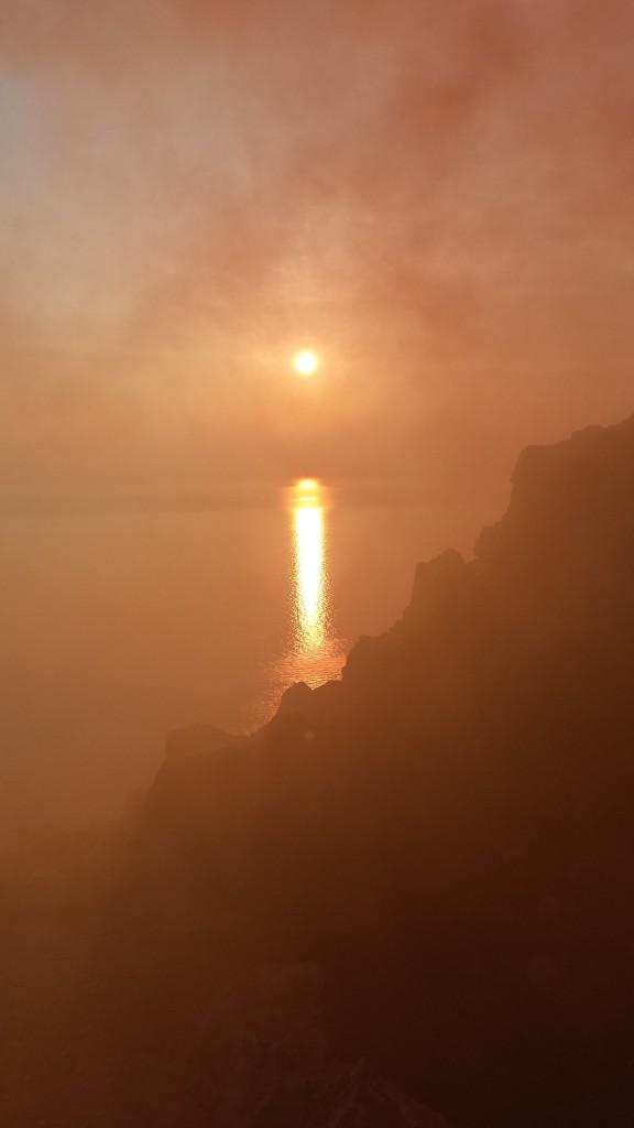 Il rosso naturale del tramonto invaso da quello artificiale