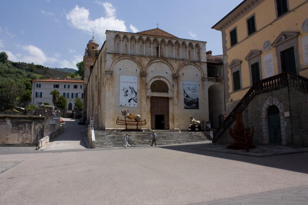 Chiesa di S. Agostino con scultura bronzea donata dall'artista Mitoraj al comune posta nella lunetta cieca sopra la porta