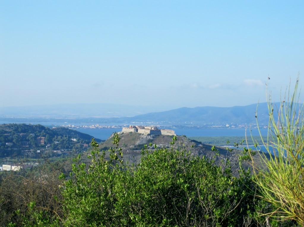 Forte Stella, il Tombolo della Feniglia e, sullo sfondo, la terraferma