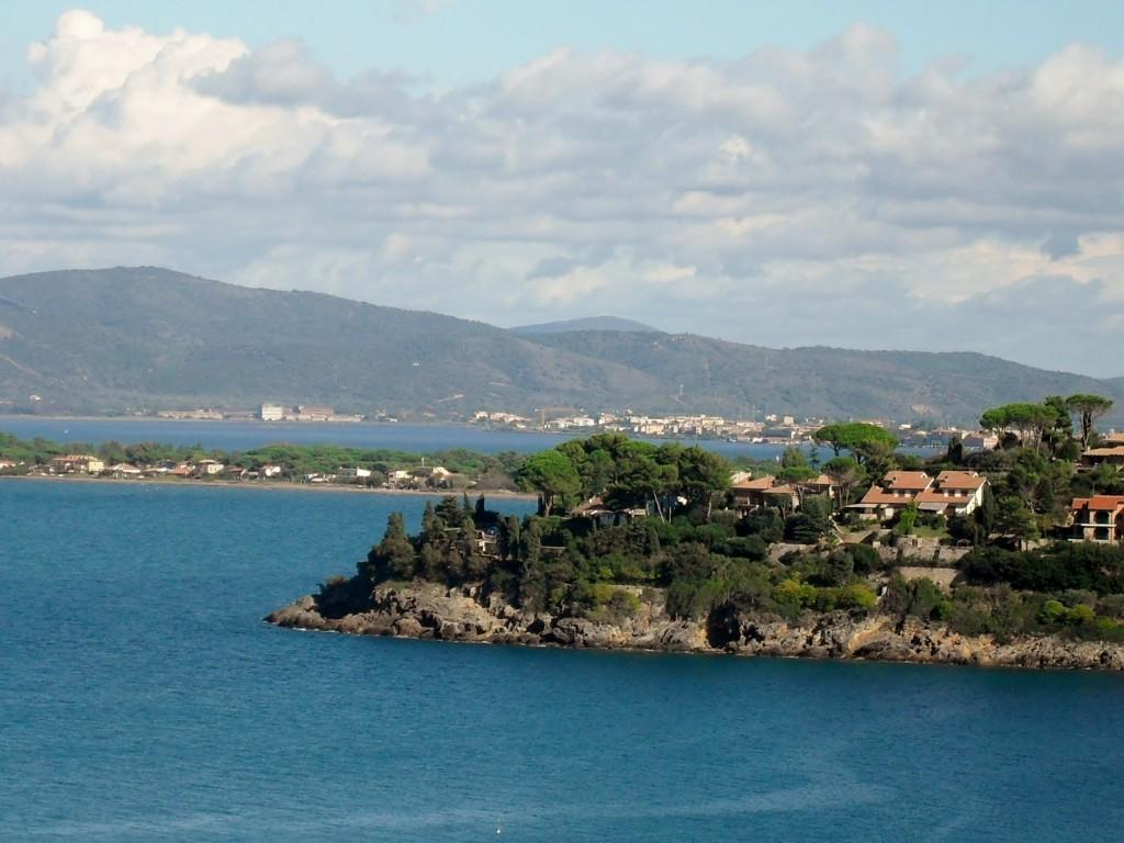 La costa, il Tombolo della Giannella e la terraferma sullo sfondo