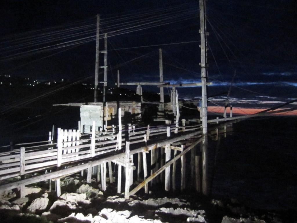 Il trabucco illuminato nella notte