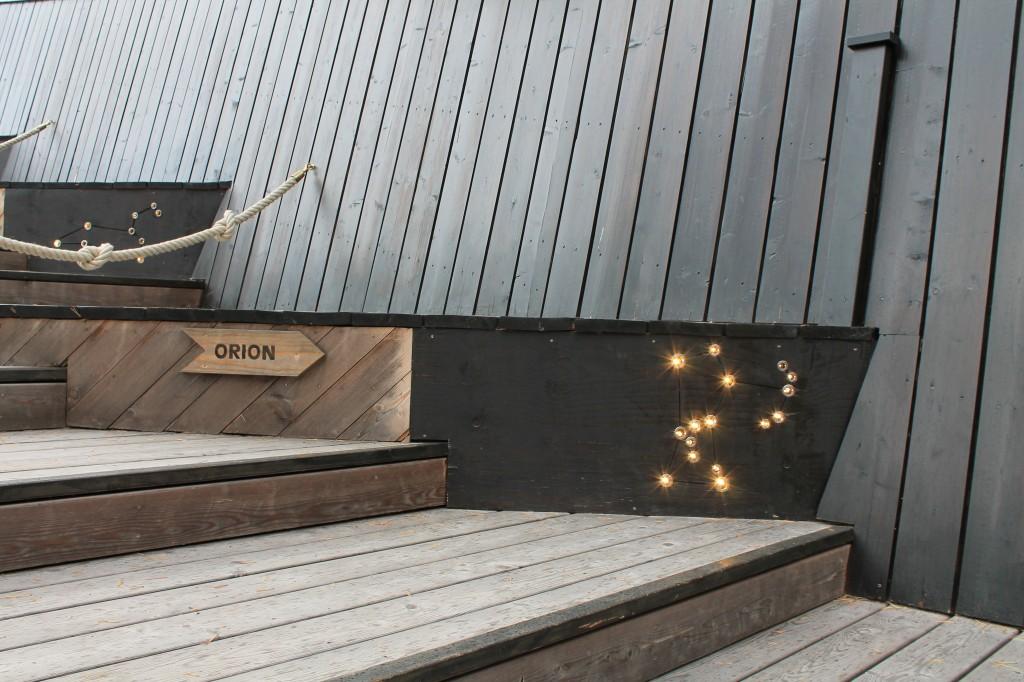 costellazioni sulle scale che salgono sul tetto di artipelag