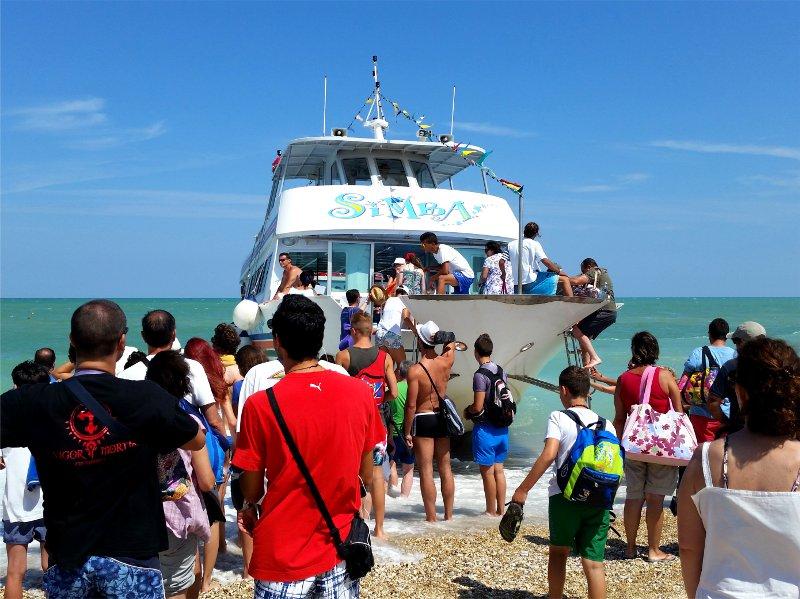 barca per raggiungere la spiaggia delle due sorelle