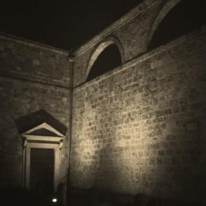 Passeggiando la sera tra gli antichi edifici