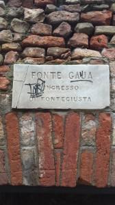 L'ingresso del bottino che conduce fino alla fontana di Piazza del Campo