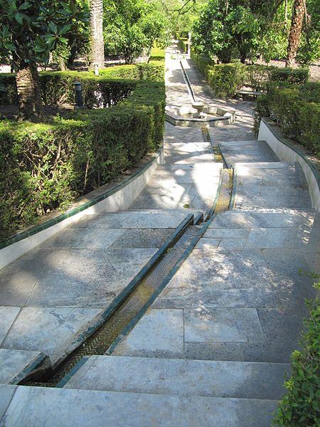 """Una """"scala d'acqua"""" nei giardini dell'Alcazar di Siviglia"""