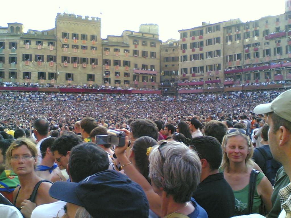 """""""La folla durante il Palio"""" di Giuseppe Ceglia - Giuseppe Ceglia. Con licenza Pubblico dominio tramite Wikimedia Commons - http://commons.wikimedia.org/wiki/File:La_folla_durante_il_Palio.jpg#/media/File:La_folla_durante_il_Palio.jpg"""