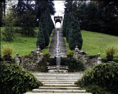 Villa Cicogna Mozzoni a Varese: una doppia scalinata in cui scorre una catena d'acqua