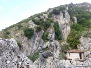 Sant'Angelo Le Fratte: statua nella roccia