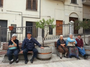 Anziani sulla panchina a Vietri di Potenza