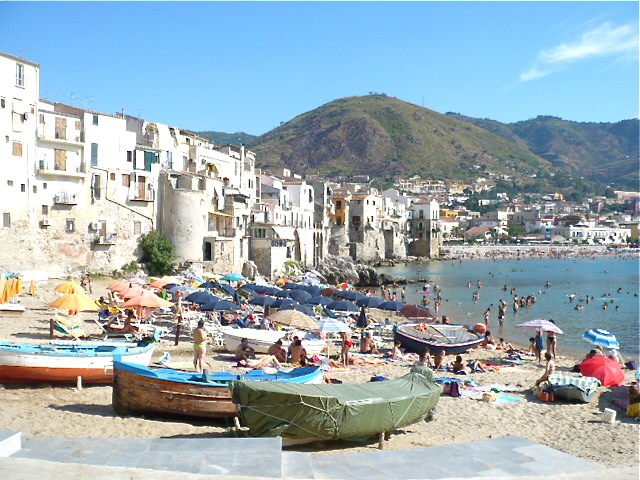 """Cefalu2"" di betty x1138 from New York, NY, USA - cefalu. Con licenza CC BY 2.0 tramite Wikimedia Commons - https://commons.wikimedia.org/wiki/File:Cefalu2.jpg#/media/File:Cefalu2.jpg"