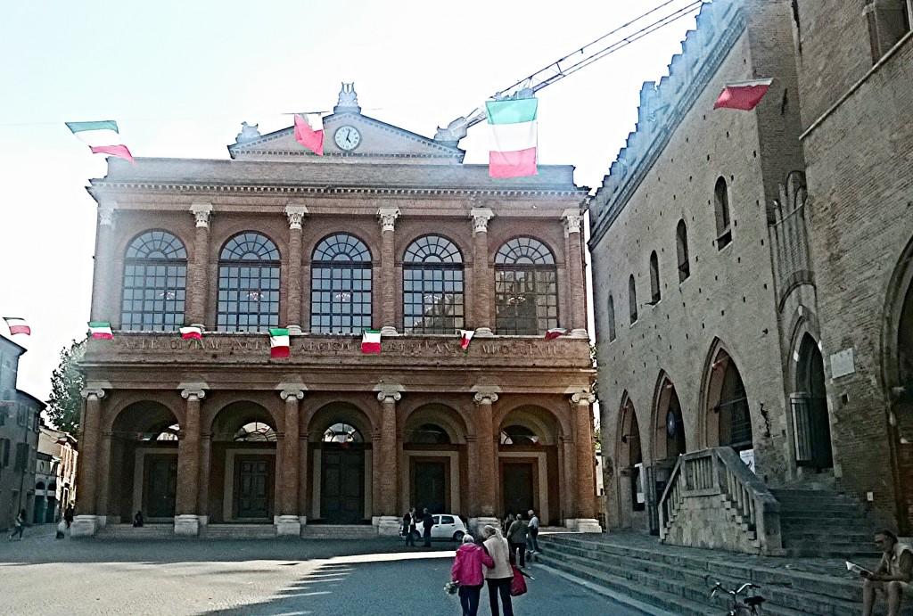 Piazza Cavour: il teatro ed il Palazzo del Podestà