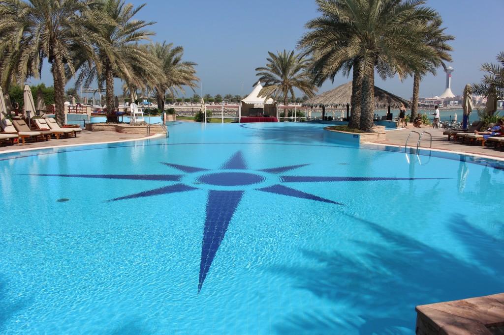piscina della spiaggia dell'hotel hilton di abu dhabi