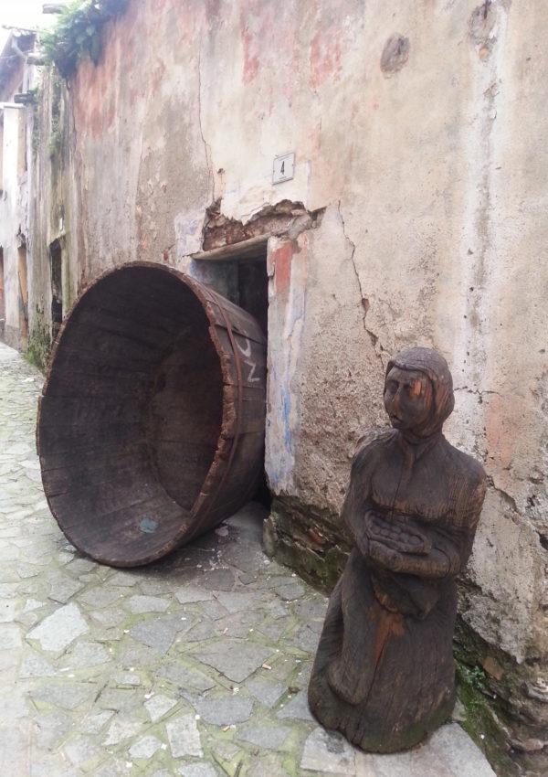 Visitare Belvì, dove il legno diviene arte…