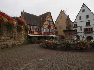 piazza di eguisheim in alsazia