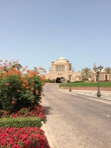 strada di arrivo all'emirates palace di abu dhabi