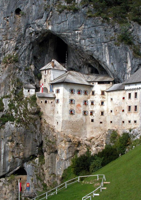 Cosa vedere in Slovenia: il castello di Predjama e le grotte di Postojna