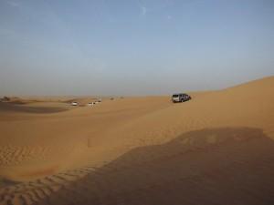 fuoristrada sulle dune nel deseerto