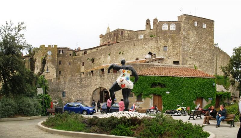 castello di capalbio con statua dei tarocchi