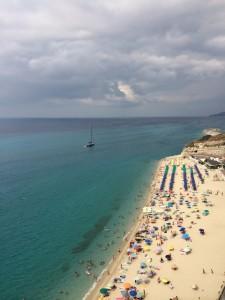 vista della spiaggia di tropea con barca