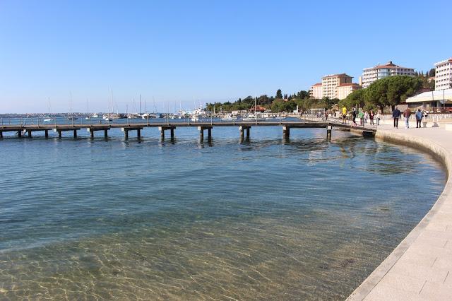 passeggiata lungo l'acqua a portorose