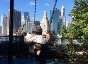 New York con i bambini altalena al Brooklyn bridge park