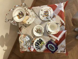 un te con la regina tavola rossa