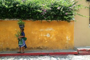 donan con cesto in testa in guatemala