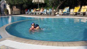 persone in piscina al giardino