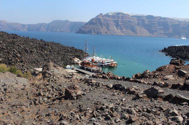 il barcone della gita alla caldera visto dalle rocce