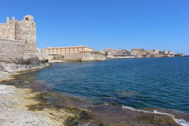 veduta del castello di amniace e della città di siracusa