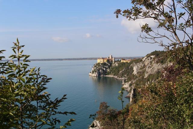 veduta del castello di duino dal sentiero di rilke