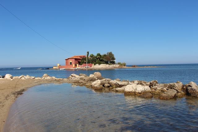 veduta della spiaggia con tonnara di marzamemi
